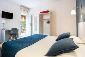 A bed or beds in a room at Au Patio Morand