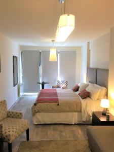 Una cama o camas en una habitación de URBANA SUITES & STUDIOS 440