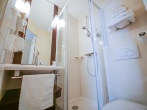 A bathroom at Hôtel Inn Design Resto Novo Alençon