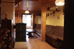 Ein Sitzbereich in der Unterkunft Chalupa ve Smrčí