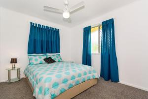 A bed or beds in a room at Pet Friendly Cutie - Bonham St, Bongaree