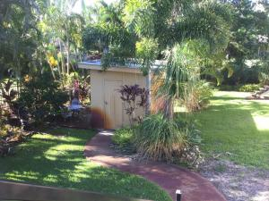 A garden outside Warm and welcoming home by the beach - The Boulevarde, Bongaree