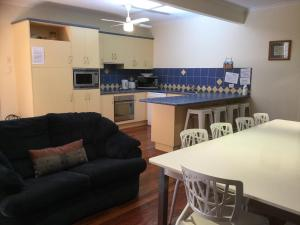 A kitchen or kitchenette at Warm and welcoming home by the beach - The Boulevarde, Bongaree