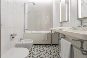 A bathroom at Hotel Vilnia