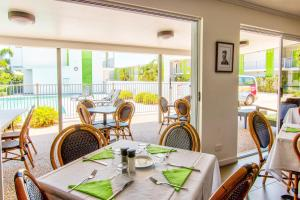 A restaurant or other place to eat at Mackay Oceanside Central Hotel