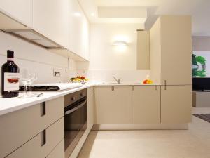 A kitchen or kitchenette at La Farina Apartments