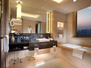 A bathroom at Crowne Plaza Xi'an