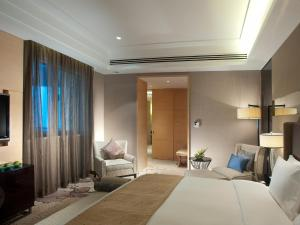 A bed or beds in a room at Crowne Plaza Xi'an