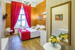 Кровать или кровати в номере Петровский Арт Лофт