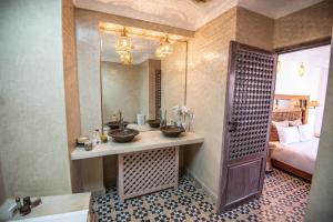A bathroom at Riad Dar Tmania