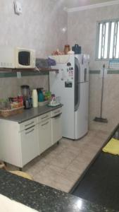 A kitchen or kitchenette at Casa de 3 Quartos