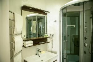 A bathroom at Churchill-Inn