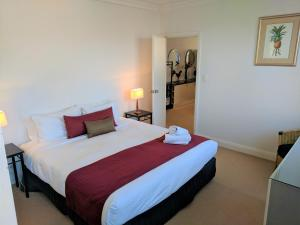 A bed or beds in a room at Nesuto Woolloomooloo