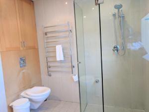 A bathroom at Nesuto Woolloomooloo
