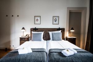 A bed or beds in a room at Hotel Hoheneck