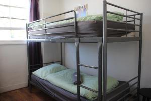 Двухъярусная кровать или двухъярусные кровати в номере Hostel One Notting Hill