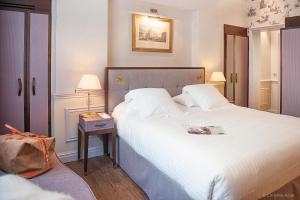 A bed or beds in a room at Hôtel de Sèze & Spa Bordeaux Centre
