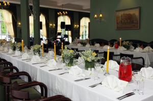 A restaurant or other place to eat at Hotel Victoria