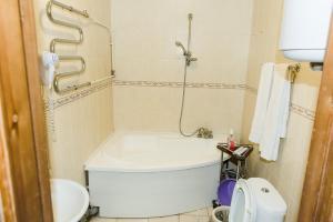 A bathroom at Shanson Hotel
