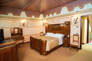A bed or beds in a room at Hotel Fonte Cesia
