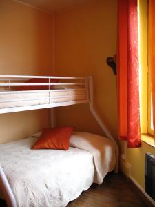 A bunk bed or bunk beds in a room at Hôtel Restaurant de l'Abbaye