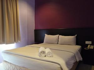 A bed or beds in a room at Bary Inn, KLIA and KLIA2