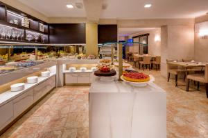 A restaurant or other place to eat at BW Premier Collection CHC Continental
