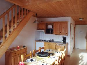 A kitchen or kitchenette at Goélia - Les Chalets des Marmottes