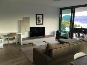 A seating area at Blue Water Apartment