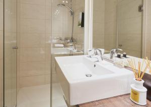 A bathroom at Living Hotel am Deutschen Museum