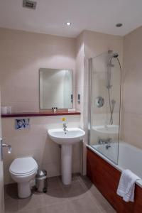 A bathroom at Rosslea Hall Hotel