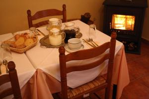 Un restaurante o sitio para comer en Hostal La Balquina