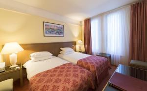 A bed or beds in a room at Hôtel Bristol
