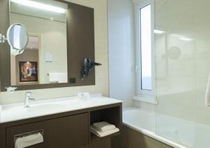 A bathroom at Hôtel Bristol