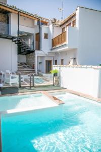 The swimming pool at or near Apartamentos Turísticos La Casa Vieja