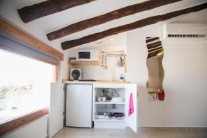 A kitchen or kitchenette at Apartamentos Turísticos La Casa Vieja