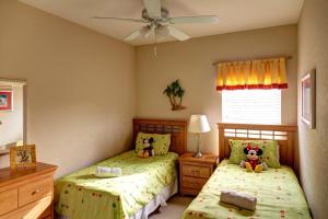 A bed or beds in a room at Tropical Retreat