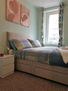 A bed or beds in a room at Stirling Central Apartment