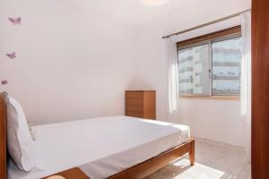 A bed or beds in a room at Cosy apartment in Almada