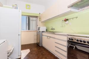 A kitchen or kitchenette at Cosy apartment in Almada