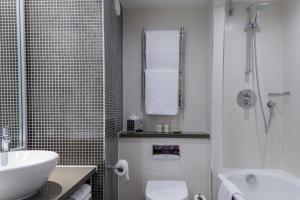 A bathroom at DoubleTree by Hilton Stratford-upon-Avon, United Kingdom