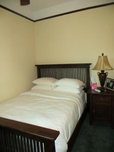 A bed or beds in a room at The Polo Inn Bridgeport U.S.A.