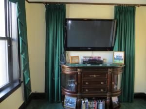A television and/or entertainment center at The Polo Inn Bridgeport U.S.A.