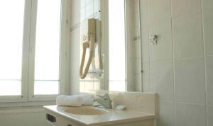 A bathroom at Hotel Garden Opera
