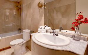 A bathroom at Hotel Madrid Torrejon Plaza