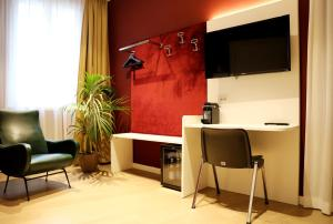 A television and/or entertainment center at OFFICINA TESINI Guest Rooms Verona