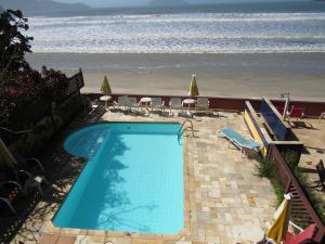 A view of the pool at Pousada Casa na Praia or nearby