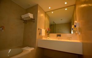 A bathroom at Dazzler by Wyndham Lima Miraflores