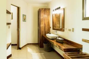 A bathroom at Cocobolo Beach Resort