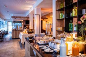 Ein Restaurant oder anderes Speiselokal in der Unterkunft Mountain Design Hotel Eden Selva
